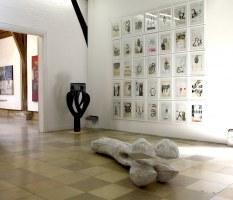 Installation mit 35 Zeichnungen – Mischtechnik